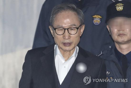 1月2日,李明博出庭受审。(韩联社)