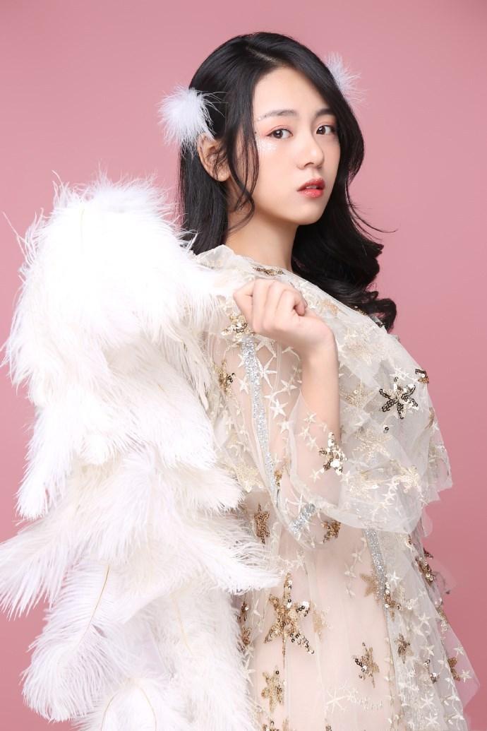 王子彤�@�G!一身羽毛裙�b浪漫��雅,如同�L上了翅膀的女神