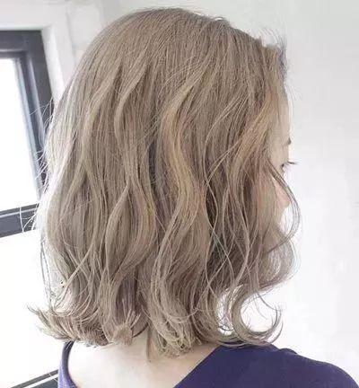 水波纹肯定不能少的,中长度的水波纹卷发,特别的适合头发本身就很细软