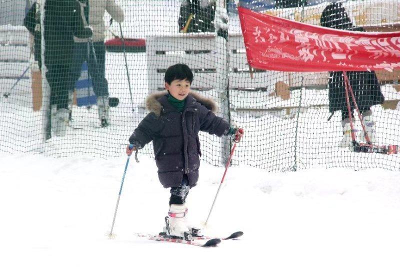 元旦假期  太白山温泉滑雪让游客笑开颜