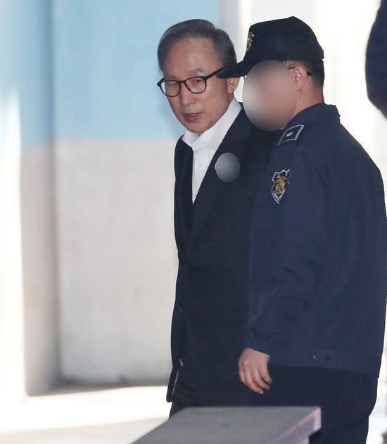 1月2日,李明博出庭受审。(《韩民族日报》)