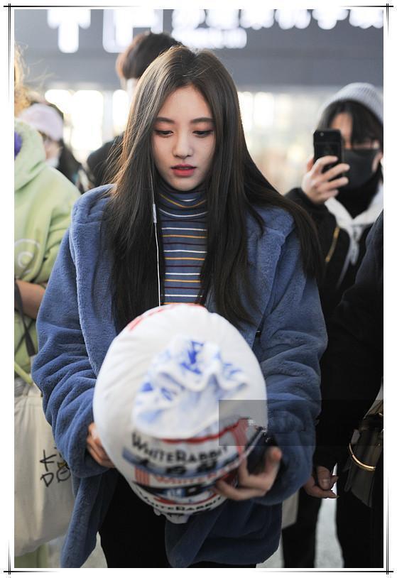 鞠婧祎低调现机场,毛绒外套搭配高领衣,冬季这样穿保暖又显气质
