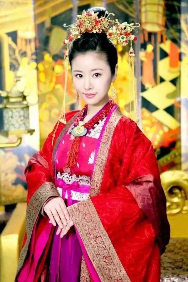 女星穿古装戴皇冠,唐嫣气质冷艳,杨幂美丽大方!