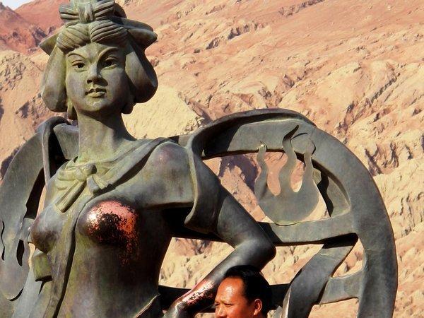 秦桧跪像_葡萄牙人的素质!C罗雕像裆部被玩掉色,还有美女这么玩!_铜像
