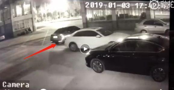 海安城南花苑大门口一车辆倒车与宝马车发生碰撞后逃逸!