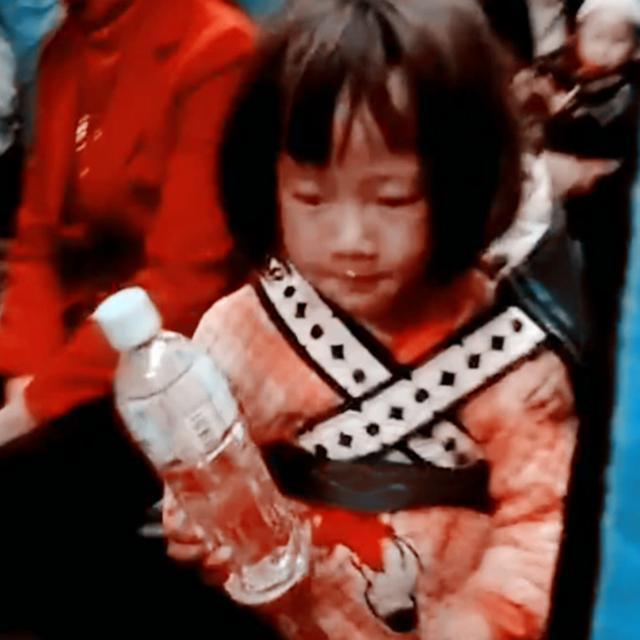 火车上,4岁小姑娘背着小宝宝在车厢穿梭,画面让人十分心疼