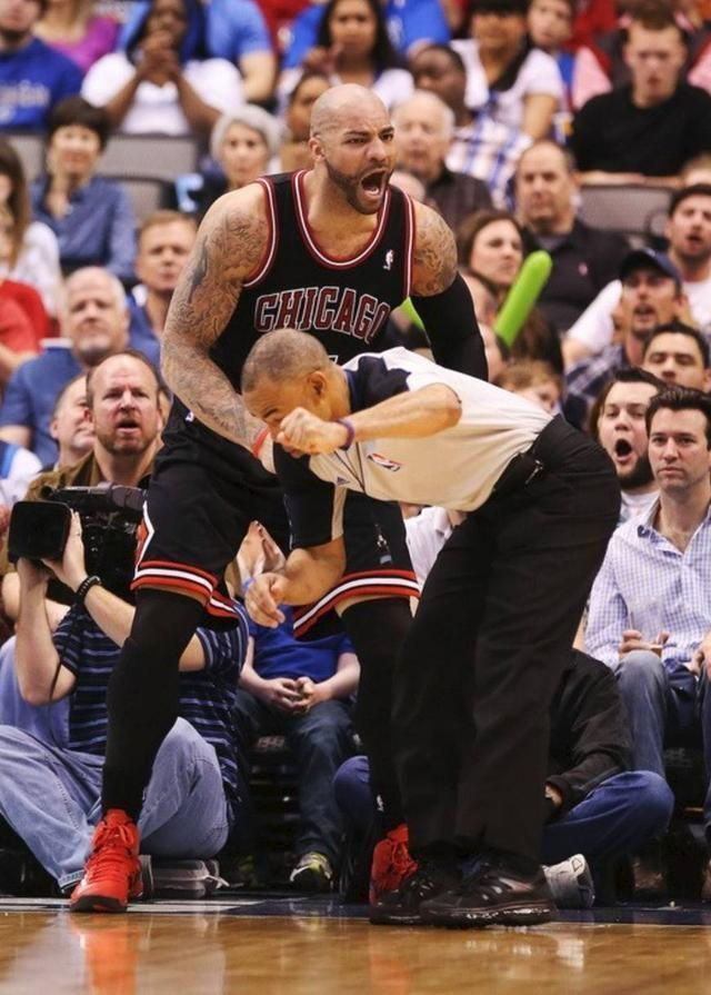 裁判在球场有多危险?不止会被球员撞倒,有人太兴奋挥拳击中裁判