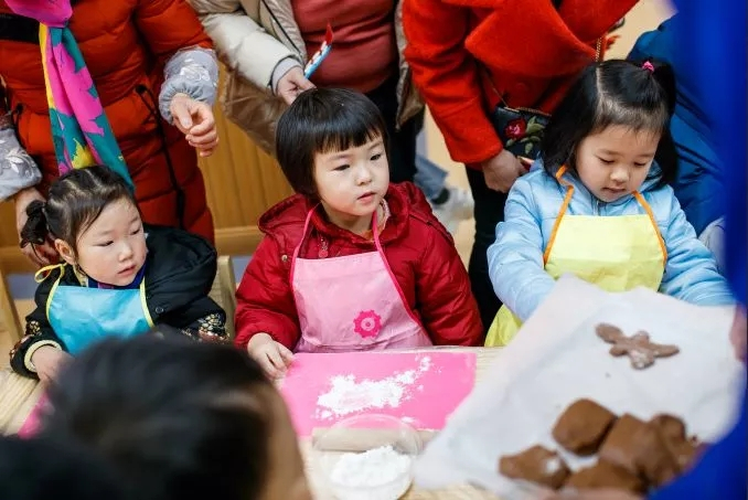 小朋友和大人们齐心协力 香气四溢的圣诞姜饼出炉了 共享一段亲子时光