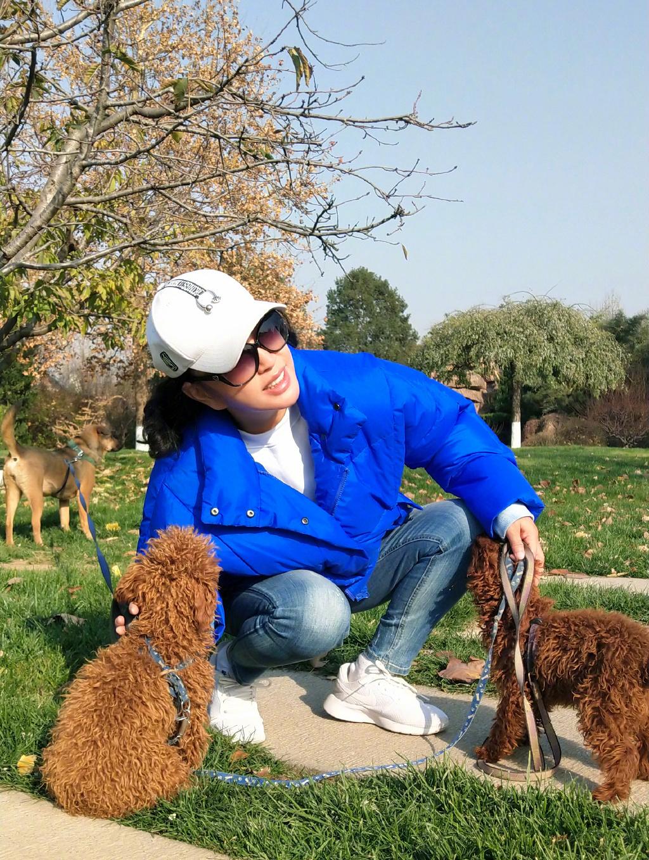 真心佩服64歲劉曉慶,藍色羽絨服搭配牛仔褲減齡又時髦,氣質絕了