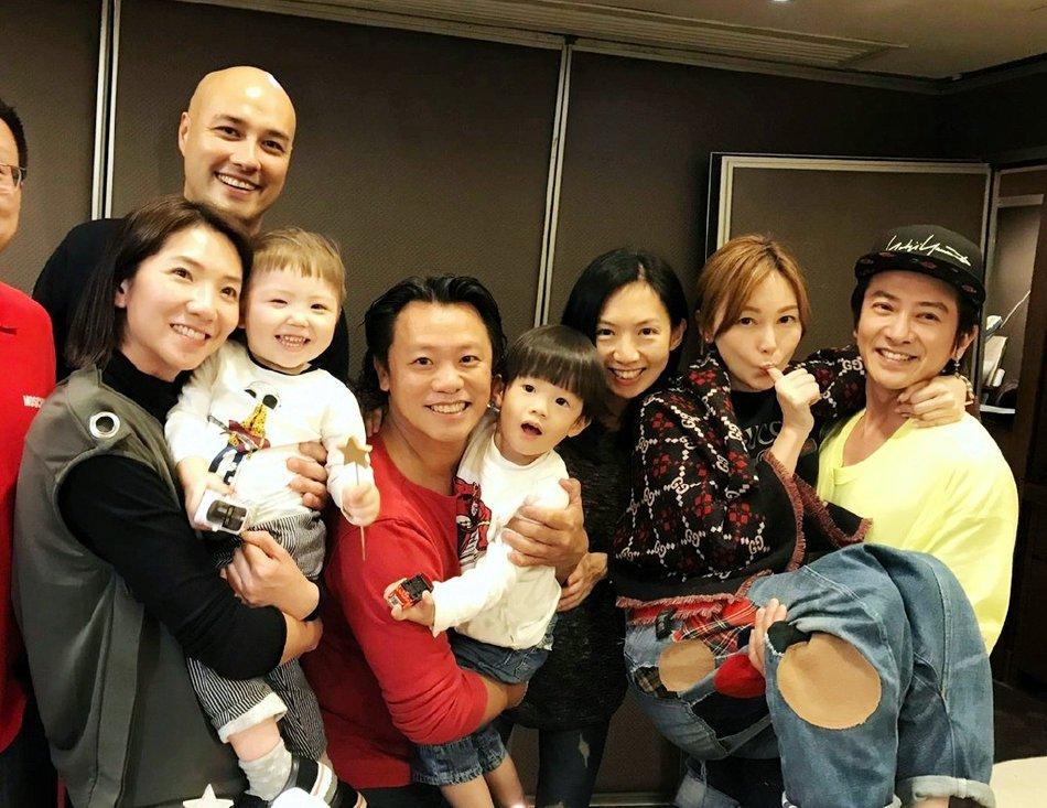 孙耀威晒46岁生日照,跟妻子玩公主抱,隔着屏幕