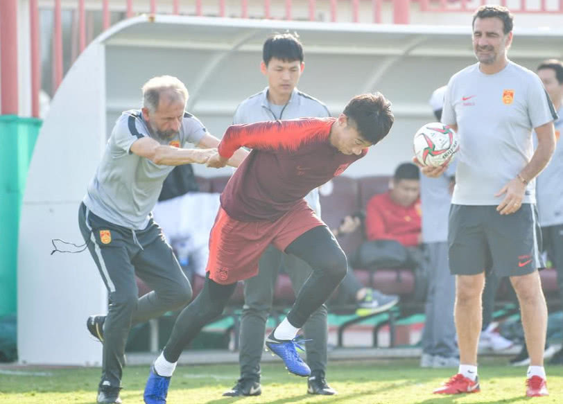 放弃国安妖星!国足阵容亚洲杯最大里皮为保颜面豁出去