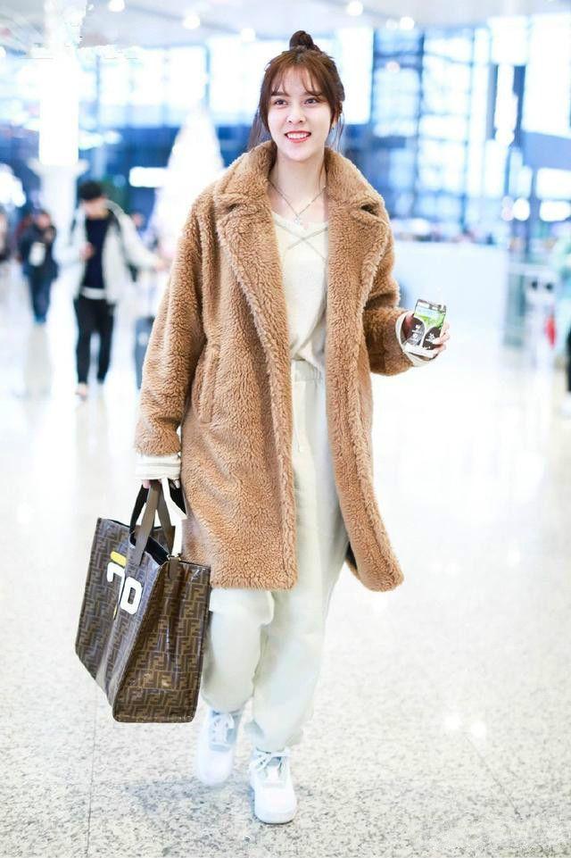 冬天不穿羊羔绒?#19978;?#20102;!欧阳娜娜秦岚机场变秀场,气质炸裂