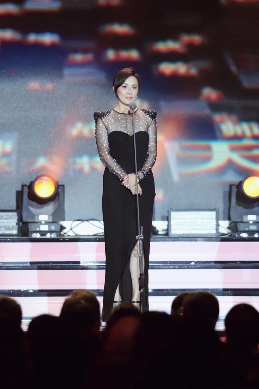 53岁刘嘉玲终于扛不住了,穿紧身裙身材走样,赘肉明显腰也粗不少(图4)