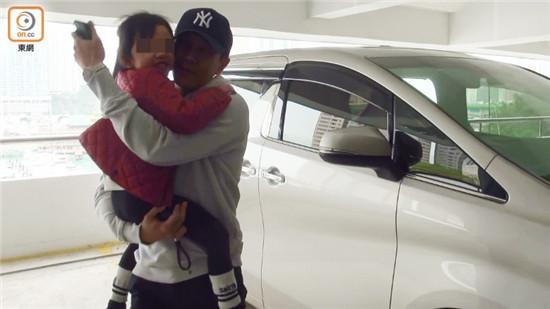 刘恺威抱女儿开心出行,被问杨幂只回应四个字获赞:有风度