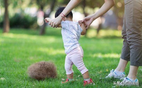 """8个月宝宝就会走路,宝妈在朋友圈炫耀时,却被医生朋友""""提醒"""""""