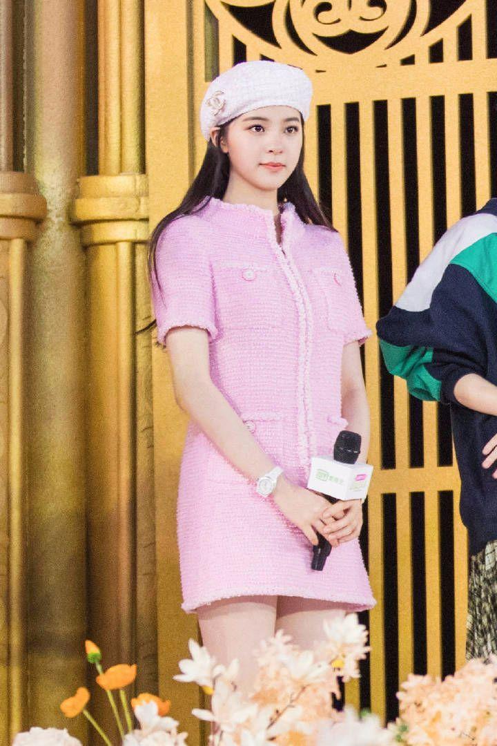欧阳娜娜一身粉色羊羔裙好青春,皮肤?#25913;?#23273;的能掐出水了!
