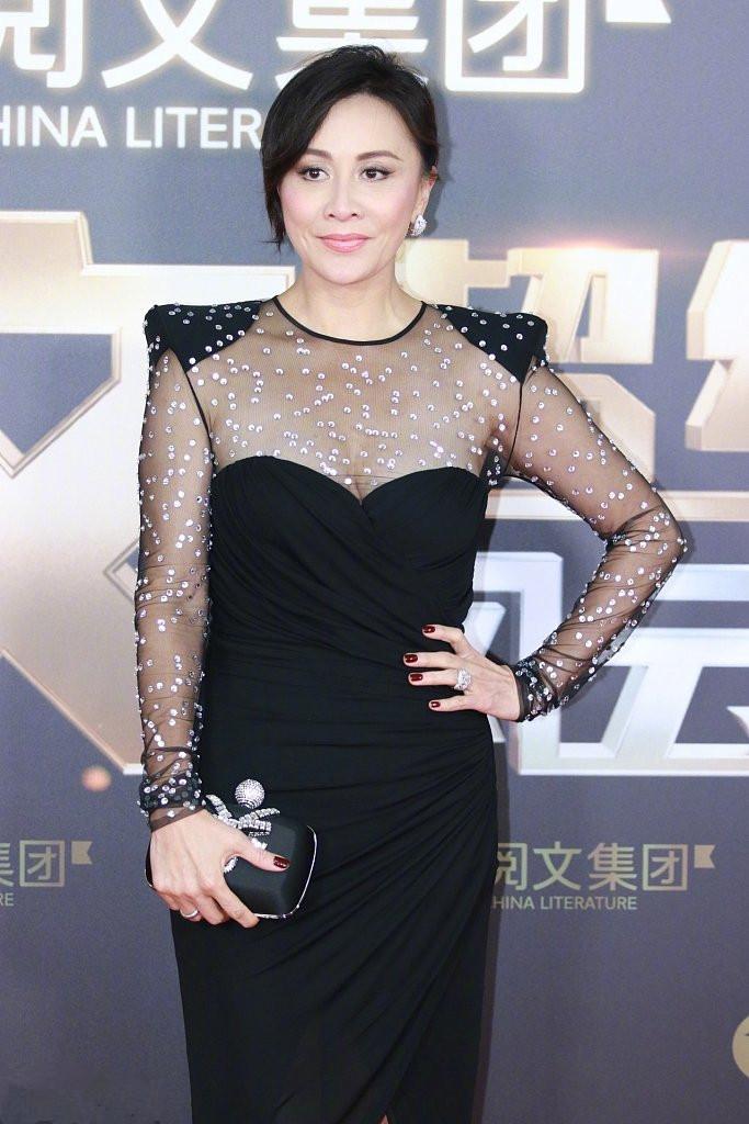 53岁刘嘉玲终于扛不住了,穿紧身裙身材走样,赘肉明显腰也粗不少(图2)