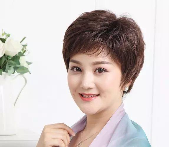 女人50岁后别乱烫头,弄错了显老气,这九种发型显年轻还好打理图片