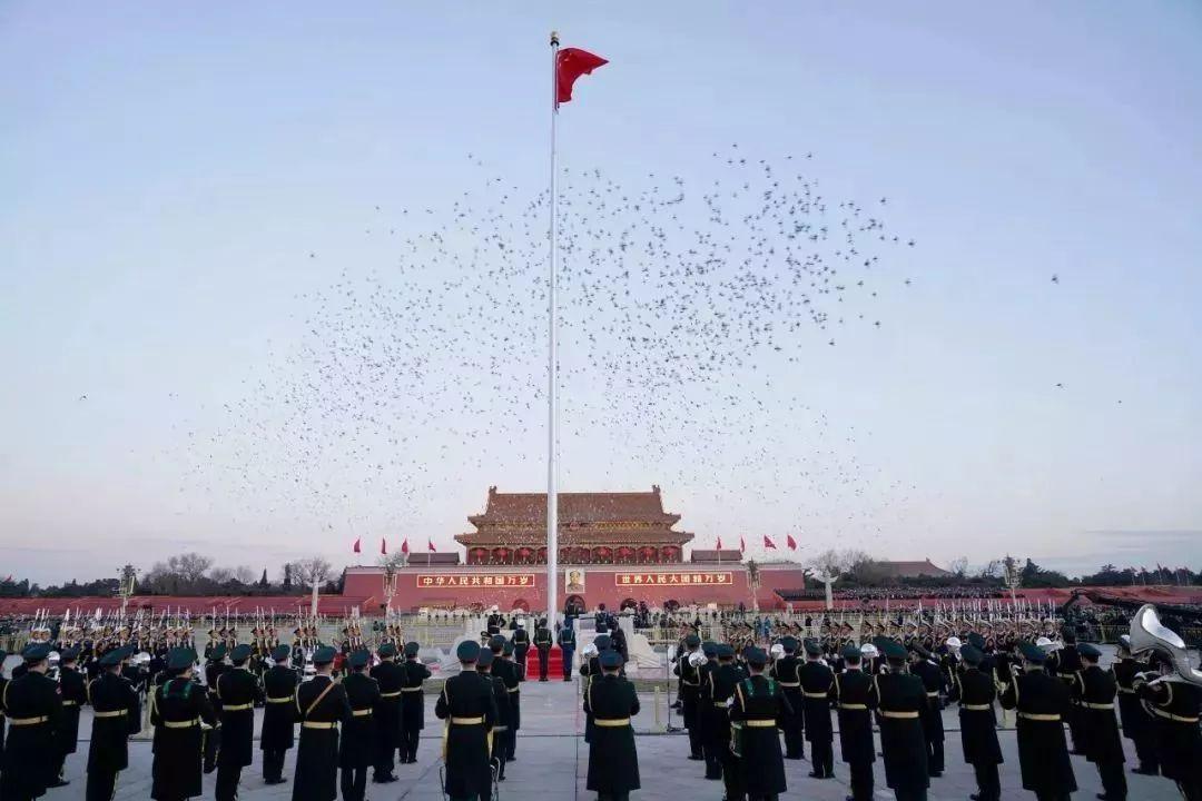 新华社记者    责 :   1月1日晨,北京天安门广场举行隆重的升国旗仪式,这是由人民解放军担负国旗护卫任