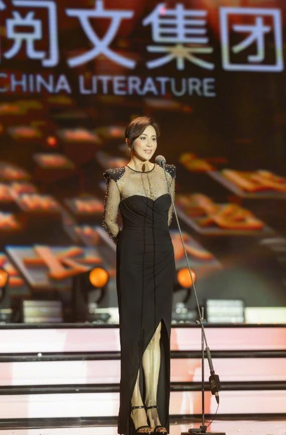 """刘嘉玲咋想的?礼服上竟沾满了""""雪花"""",这是要逼疯密恐症?"""