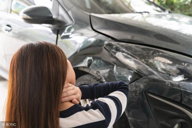 老司机与车祸的gif动态图 女司机是如何倒车的