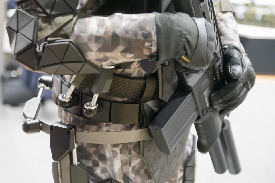 俄第3代单兵装备太酷炫:装备外骨胳和机器人,自动监测身体状况
