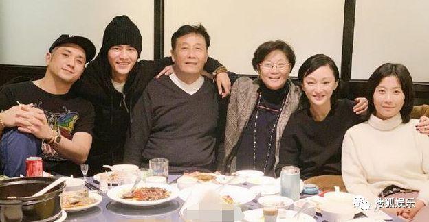 娱乐日报 郭敬明回应整容传闻;林更新王丽坤疑分手;曝潘玮柏已登记结婚
