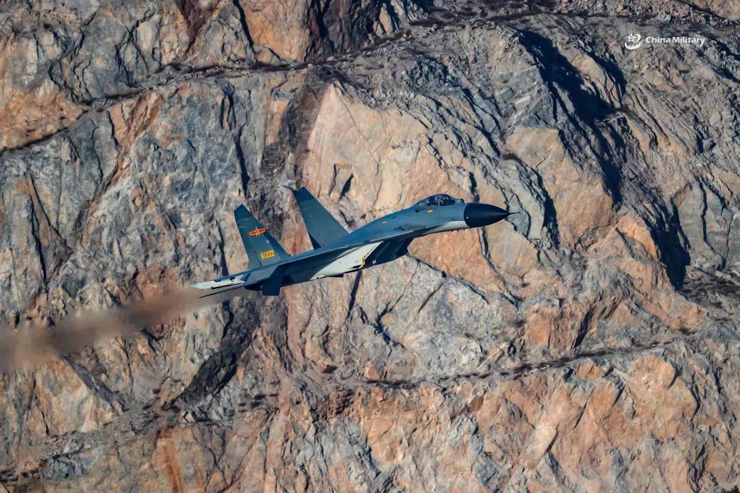 中国钻�����(c_中国空军重型战机超低空钻山谷!高清大图震撼气场就是