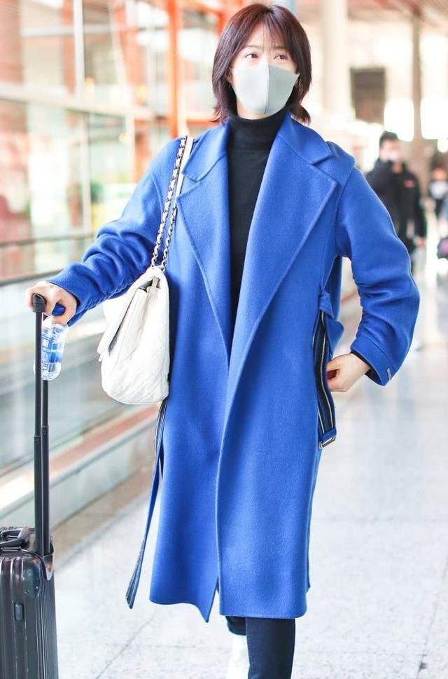 蒋欣轻松驾驭辛芷蕾发型,随意搭配大衣,人瘦任性!