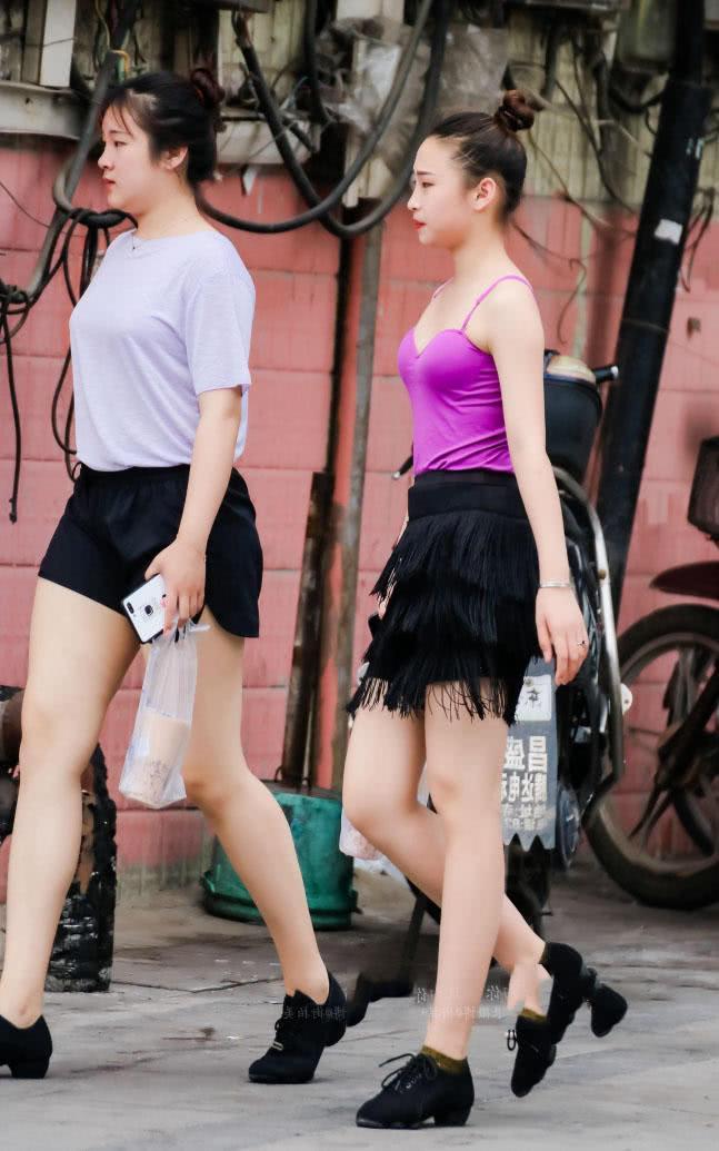 路人街拍小妹妹穿着练舞蹈的衣服就出来了收获了不少回头率