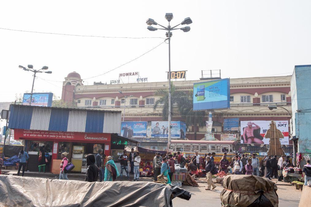 印度第三大城市火车站实拍,没有安检不用检票,没票也能上火车