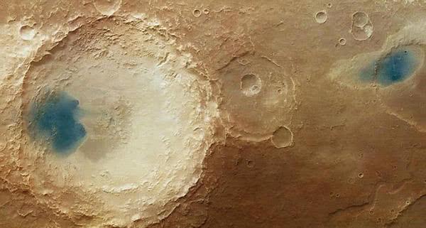 火星发现奇异的蓝湖.和地球上的湖有那么大的差异,会是水?