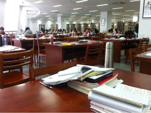 期末图书馆花样占座大赛开展,谁的方式更霸道?网友:惹不起