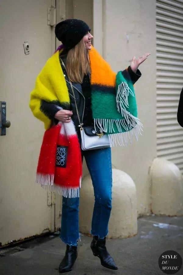 一圈围裹   长款围巾选择围一圈系法,比起短款围巾,长款的好处在于系法更加灵动多变,时髦感确实也起披肩式更好看.