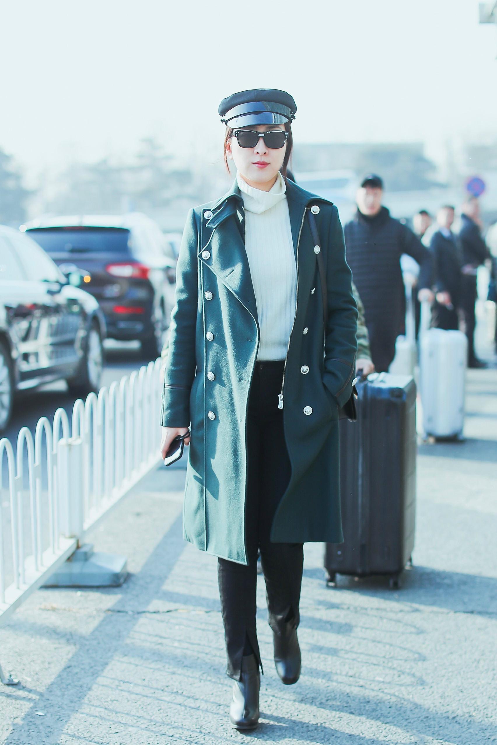 馬蘇美起來真不低調,一襲綠色大衣氣場全開,就算秋褲外露也不醜 形象穿搭 第1張