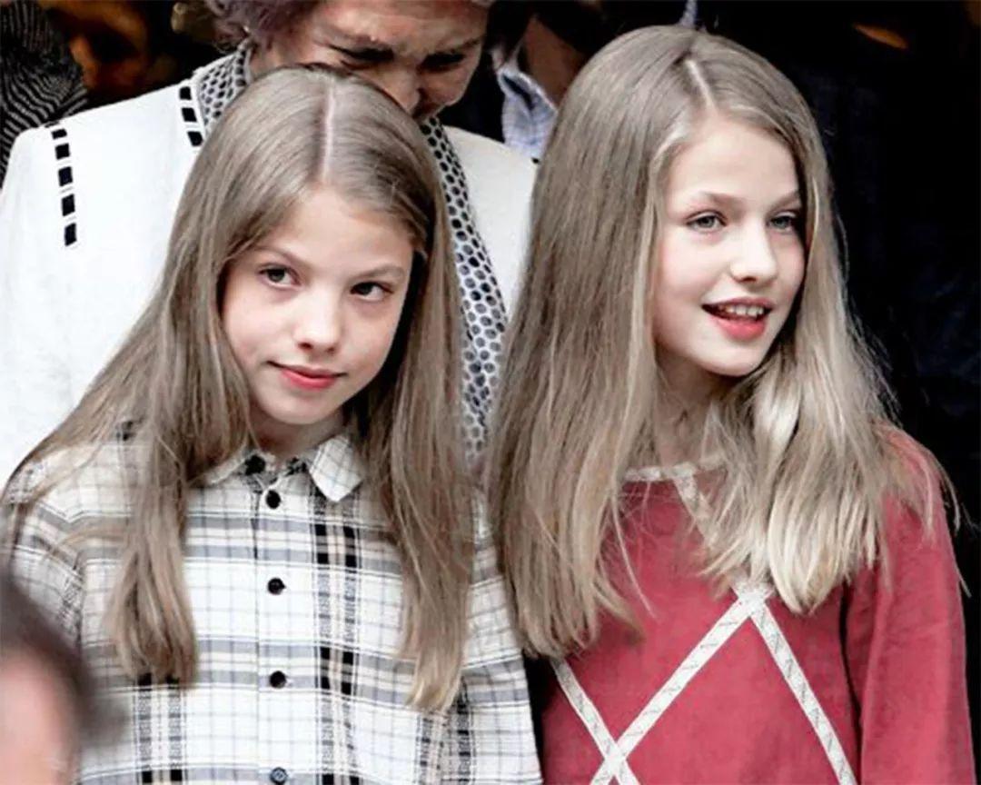 西班牙王后帶女兒出行,滿足民眾合照請求,公主對鏡頭甜笑很親民