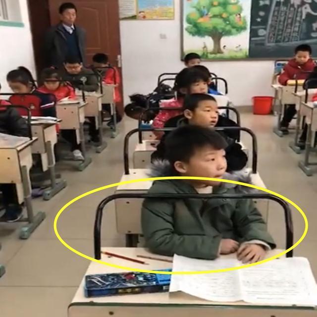 """小学课桌上现""""神器"""",可有效预防近视驼背,家长直呼校长有才"""