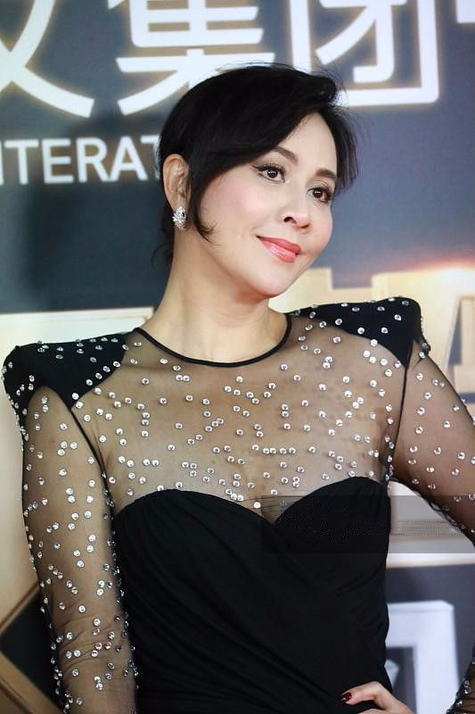 刘嘉玲穿透视裙真豪气,上半身都镶满了珍珠,闪闪发亮!
