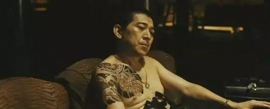 """警法 正文  据说,视频app上,有一群带金链子纹纹身的""""黑社会"""",世人送"""