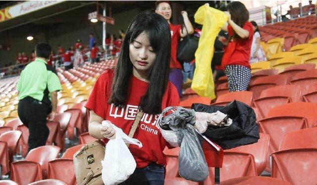 有素质!亚洲杯中国球迷捡垃圾2次上热搜:国内马拉松垃圾不落地