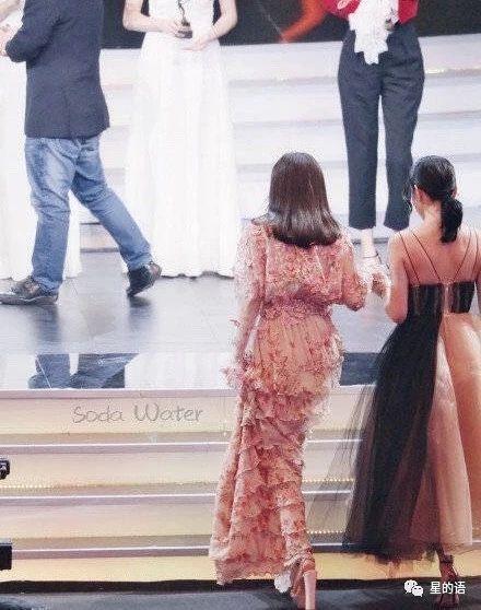 女明星參加活動高跟鞋像踩高蹺?網友:目測25cm真的服了!