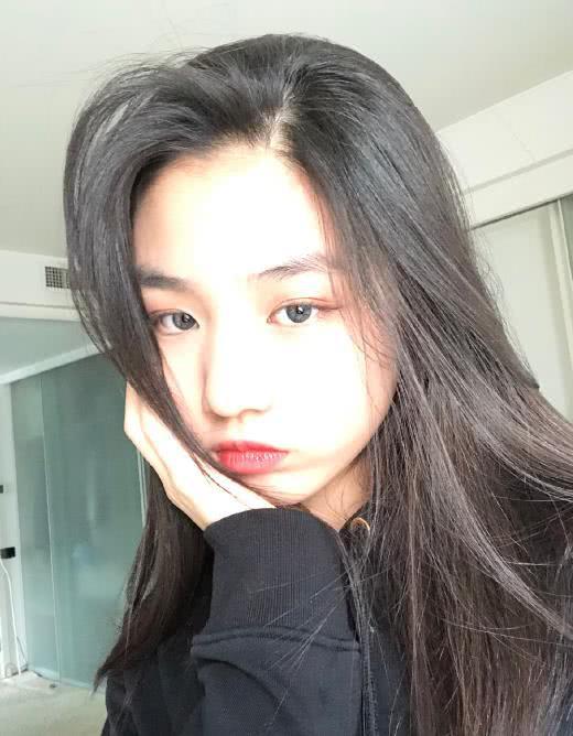 汪峰13岁大女儿小苹果化完妆晒美照,单手托腮眼神撩人,超美!