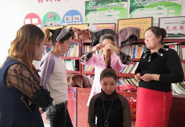拜城县妇联在访惠聚驻村点开展美容美发培训班