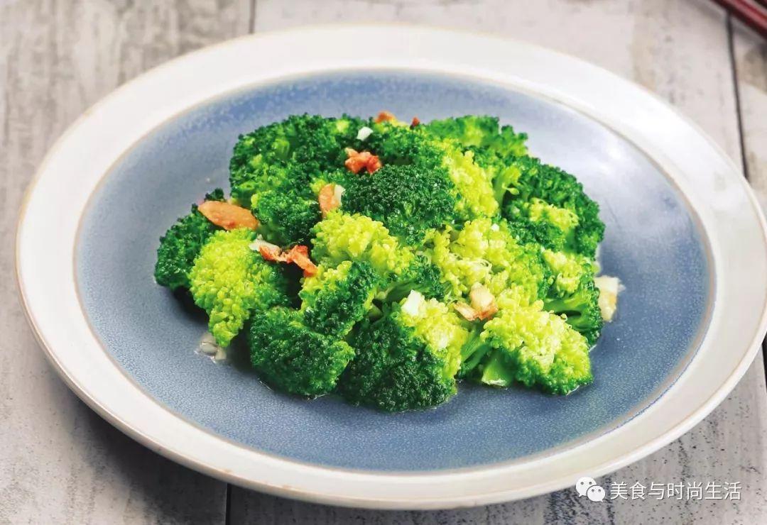 蒜蓉西蓝花,一道爽口营养的家常菜,只需简单的食材烹饪,就可以意外的美味