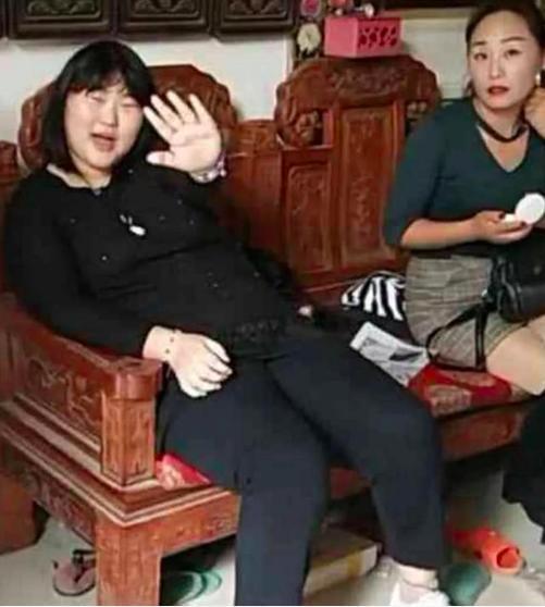 「大衣哥」朱之文家庭聚會,女兒坐姿被噴太醜沒坐相