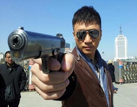 发哥拿枪,李连杰拿枪,孙红雷拿枪,都没有他拿枪霸气