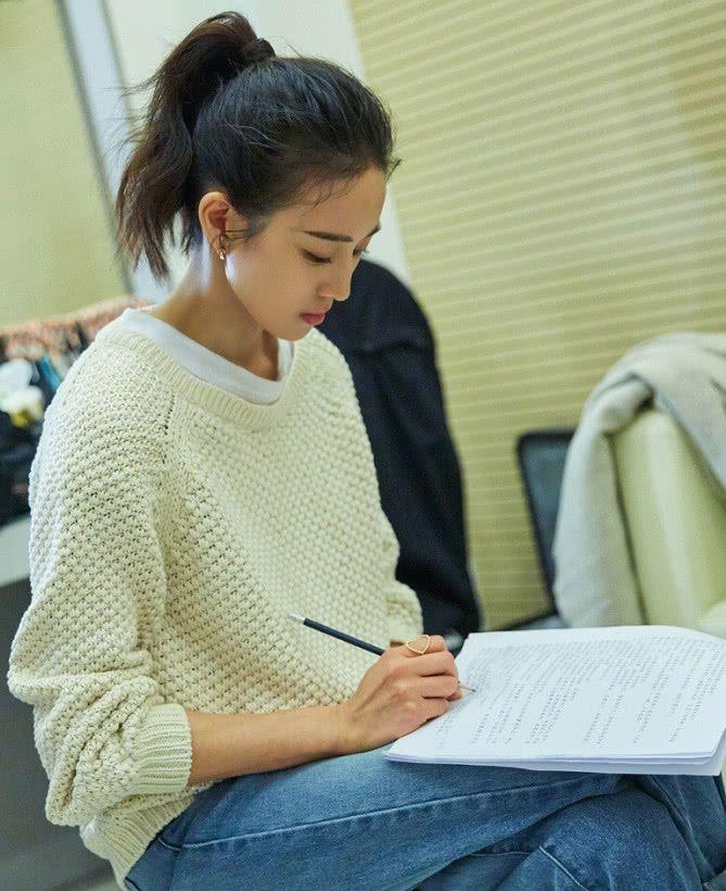 张钧甯发明了毛衣的新穿法,穿毛衣故意露出短袖,简直绝了