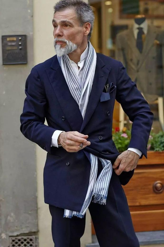 且手感平滑、质地细密、与各式服装均可搭配