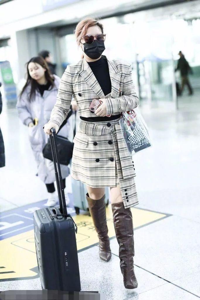 王菊就是赶时髦,穿一双牛皮纸做的靴子,意外好看!