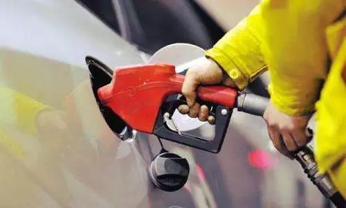 國內油價今日24時下調 油價又要變了!新年第一調!